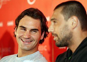 Federer (d), junto a Baghdatis. (Foto: AFP)