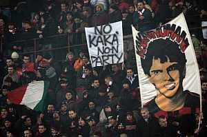Los 'tifosi' muestran su desacuerdo en San Siro ante el previsible traspaso de Kaká. (AFP)