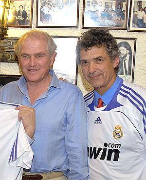 Calderón y Villar, con una camiseta del Madrid, en el cumpleaños de Enrique Cerezo.
