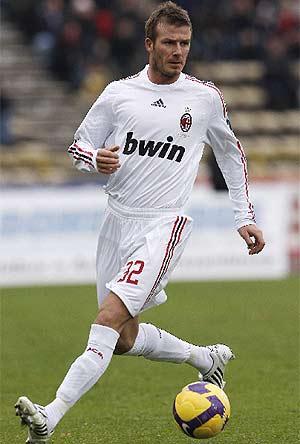 Beckham controla el balón en Bolonia. (AFP)