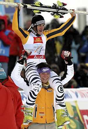 La alemana Kathrin Hoelzl, a hombros de su compañera de equipo Maria Riesch. (Foto: EFE)