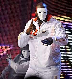 El enmascarado Shaquille O'Neal baila en la previa del partido. (Foto: EFE)