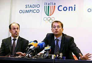 Los abogados de Valverde, José Rodríguez (i) y Federico Cecconi, explican su comparecencia en la sala de prensa del CONI. (Foto: EFE)