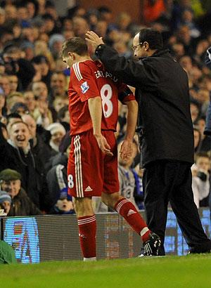 Rafa Benítez, junto a Stephen Gerrard. (EFE)