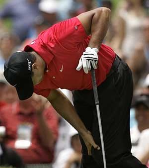 Woods, en el US Open, colocándose la rodilla. (AP)