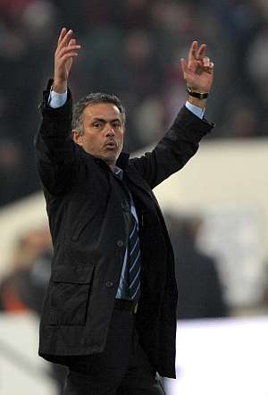 Mourinho festeja el triunfo al final del partido. (AP)