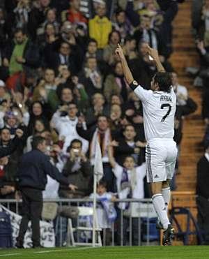 Raúl celebra con el público su segundo gol, el quinto del Madrid. (EFE)