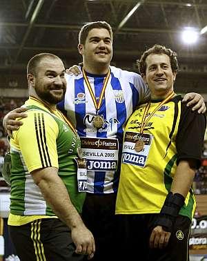 Borja Vivas (centro), con Manolo Martínez. (EFE)