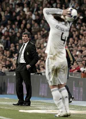 Juande Ramos da instrucciones mientras Sergio Ramos pone el balón en juego. (EFE)