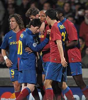 Los jugadores del Barça celebran el gol del empate. (Foto: EFE)