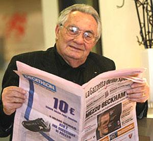Candido Cannavò, leyendo la Gazzetta dello Sport.
