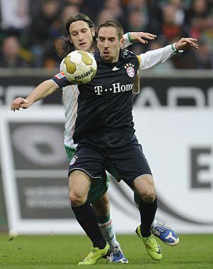 Ribéry, marcado por Frings en el Bayern-Bremen. (AFP)
