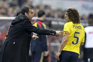 Guardiola da órdenes a Puyol, durante el Atlético-Barcelona. (EFE)