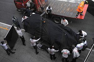 Personal de McLaren descarga el monoplaza de Hamilton tras el accidente. (Foto: AFP)