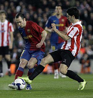 Iniesta, ante susaeta, en el Camp Nou. (Foto: AFP)
