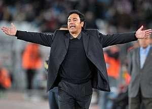 Hugo Sánchez protesta una jugada. (AFP)