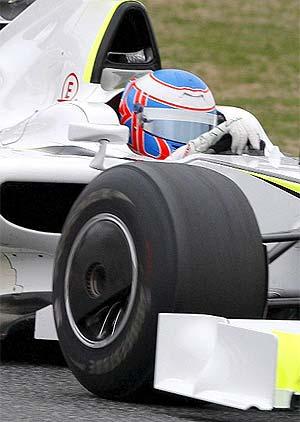 Jenson Button, a los mandos de un Brawn GP, durante unos entrenamientos en Montmeló. (EFE)