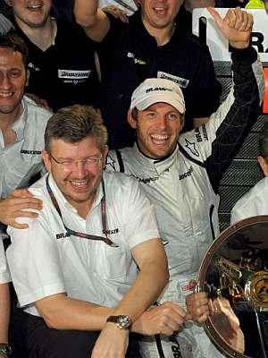 Jenson Button celebra la victoria con Ross Brawn. (Foto: EFE)