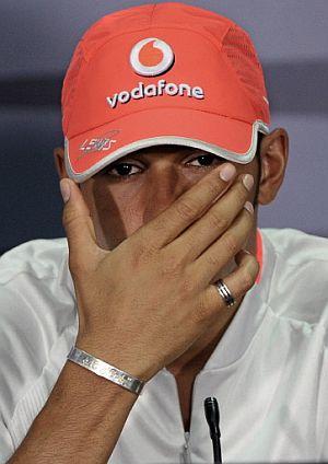 Lewis Hamilton, en una rueda de prensa en Sepang. (Foto: AFP)