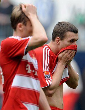 Lell y Podolski, abatidos tras el 5-1. (Foto: EFE)