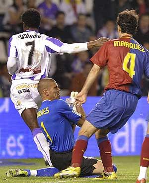Valdés sujeta el balón entre Ogbeche y Márquez. (Foto: EFE)