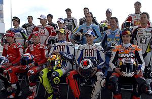 La parrilla de MotoGP, en la foto de familia previa al comienzo del Mundial. (Foto: EFE)