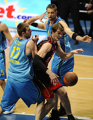 Tiago Splitter, entre Fran Vázquez y David Andersen, durante el cuarto encuentro. (Foto: AFP)