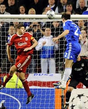 Branislav Ivanovic, en el momento de marcar su segundo gol. (Foto: AFP)