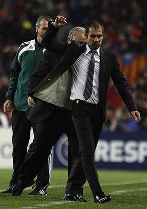 Guardiola se retira del campo tras ser expulsado. (Foto: REUTERS).