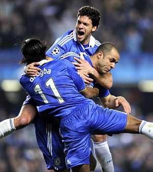 Drogba y Ballack celebran el gol de Alex. (AFP)
