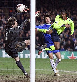 Eto'o, en el partido de 2006 en Stamford Bridge. (Foto: REUTERS)