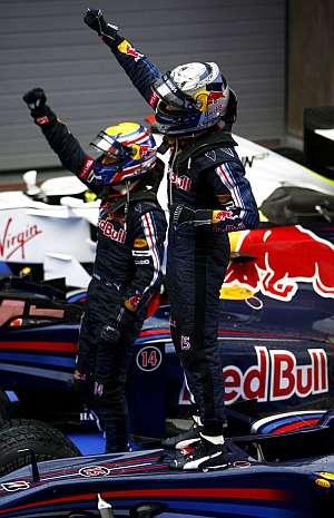 Sebastian Vettel (derecha) y Mark Webber celebran la victoria en Shanghai. (Foto: EFE)