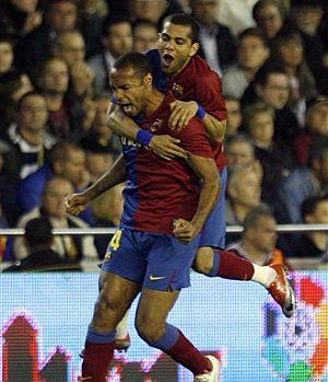 Henry y Alves celebran el gol del empate en Mestalla. (AP)