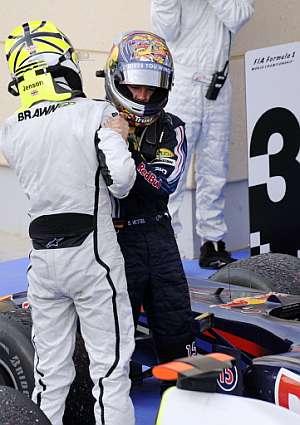 Sebastian Vettel felicita a Jenson Button. (Foto: AFP)