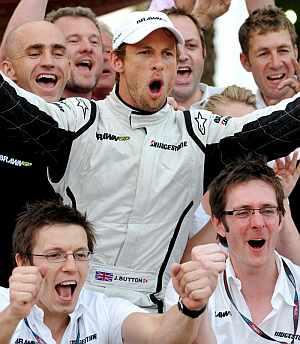 Button celebra su victoria en Bahrein con los mecánicos de Brawn GP. (EFE)