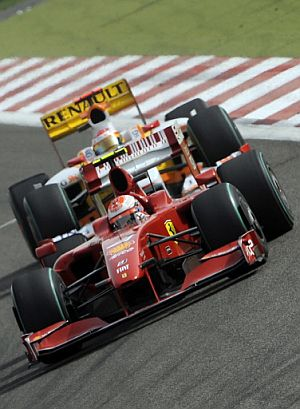 Raikkonen, perseguido por Alonso (Foto:AFP Photo)