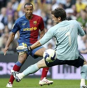 Henry, autor de dos goles, marca el primero ante Casillas. (AFP)