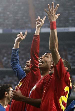 Piqué, Henry y Alves. (Foto: REUTERS)