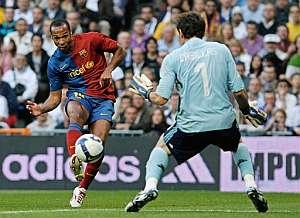 Henry, batiendo a Casillas. (Foto: AFP)