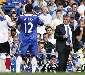 Hiddink (d), durante el último partido del Chelsea. (Foto: AP)