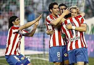 Los jugadores del Atlético celebran uno de los goles de Forlán ante el Betis. (Foto: AP)