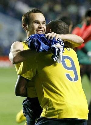 Iniesta celebra su gol con Eto'o. (Foto: EFE)