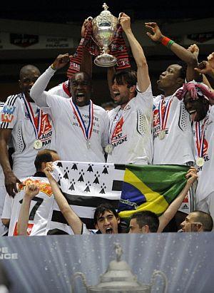 Los jugadores del Guingamp, con su trofeo. (Foto. AFP)