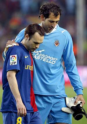 Iniesta es consolado por el portero del Villarreal Diego López tras su lesión. (EFE)