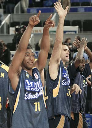 Granger e Iturbe saludan a la afición estudiantil tras la última victoria ante el Madrid. (EL MUNDO)