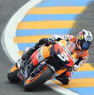 Pedrosa, tomando una curva en Le Mans. (Foto: AFP PHOTO)