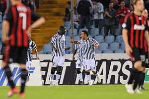 Zapata, del Udinese, celebra su gol ante los jugadores del Milan. (REUTERS)