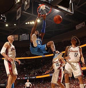 Howard rompió hasta un reloj de 24 segundos con sus mates. (Foto: NBA)