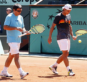 Toni y Rafa Nadal entrenan en Roland Garros. (Foto: REUTERS)