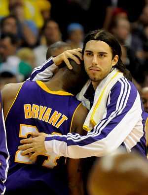 Vujacic (dcha) abraza a su compañero Kobe Bryant, tras la victoria de los Lakers en Denver. (EFE)